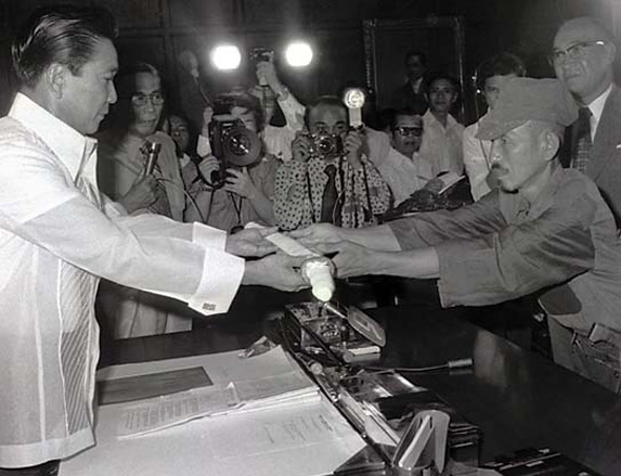 Ông Onoda trao kiếm đầu hàng tổng thống Philippines năm 1974