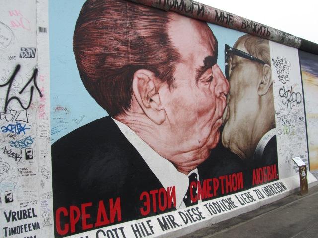 Nụ hôn đồng chí giữa Gorbachov và Honecker